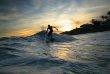 Berselancar di Pantai Senggigi, Lombok