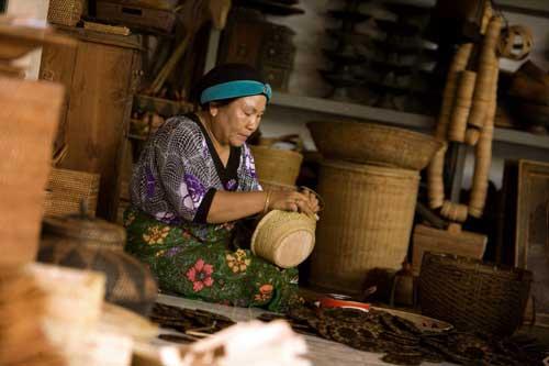 ... besar terhadap perkembangan kerajinan anyaman Desa Beleka ini
